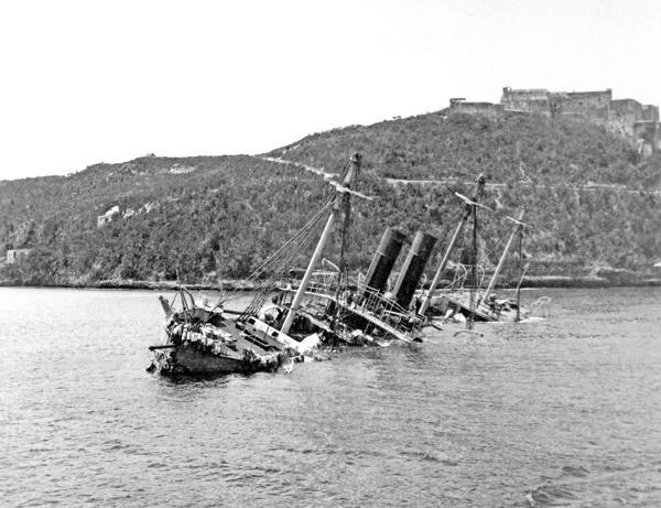 Crucero español Reina Mercedes hundido en la bahía de Santiago de Cuba.