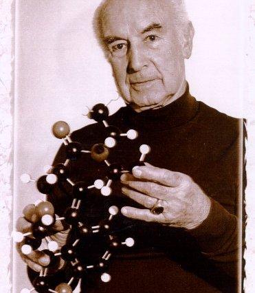 Albert Hofmann con una molécula de LSD