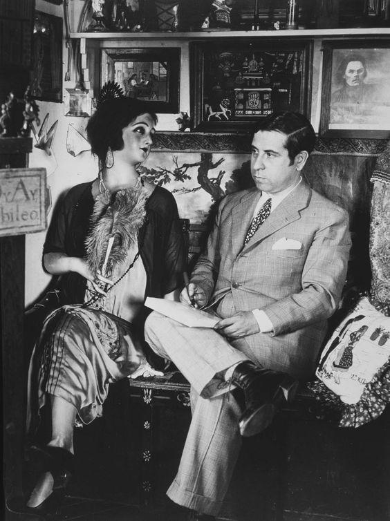 Ramón Gómez de la Serna con su muñeca de cera.