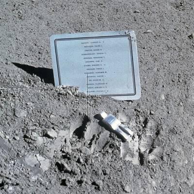 Paul Van Hoeydonck: Foto de 'Astronauta caído' y placa, en la luna.