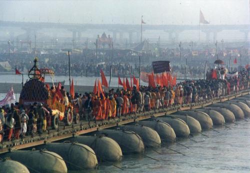 Peregrinos cruzando el Ganges, 2001. Foto: Yosarian.