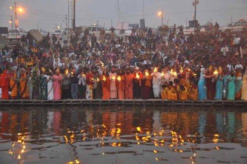 Ceremonia nocturna en el Ganges, Allahabad. Foto: Kumbh Mela Allahabad