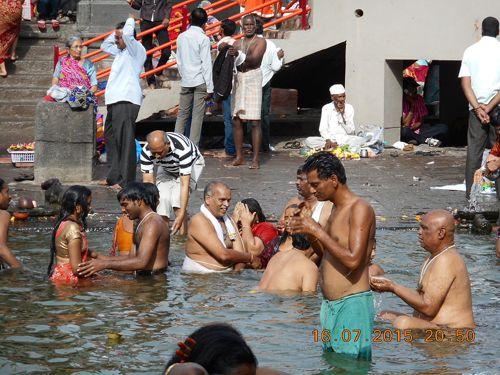 Devotos bañándose en el río Godavari, Nasik. Foto: Prabirghose