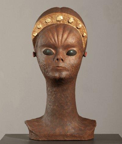 Busto de mujer alienígena (2013). Bronce con pátina marrón.