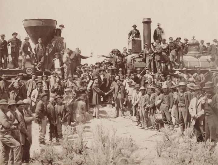 Promontory, Samuel S. Montague (Central Pacific) y Grenville M. Dodge (Union Pacific) estrechan sus manos, 10 de mayo de 1869