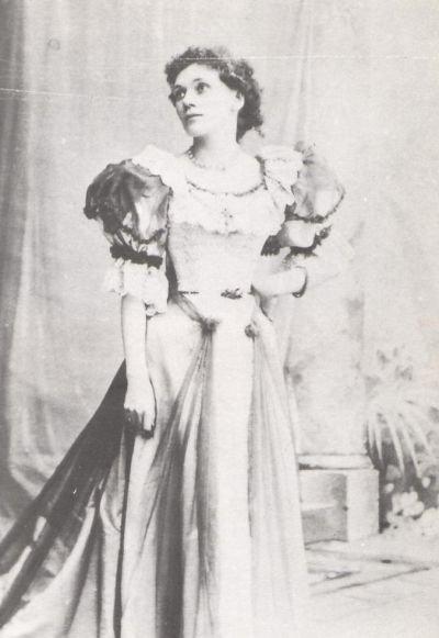 Florence Farr hacia 1890, foto de autor desconocido.