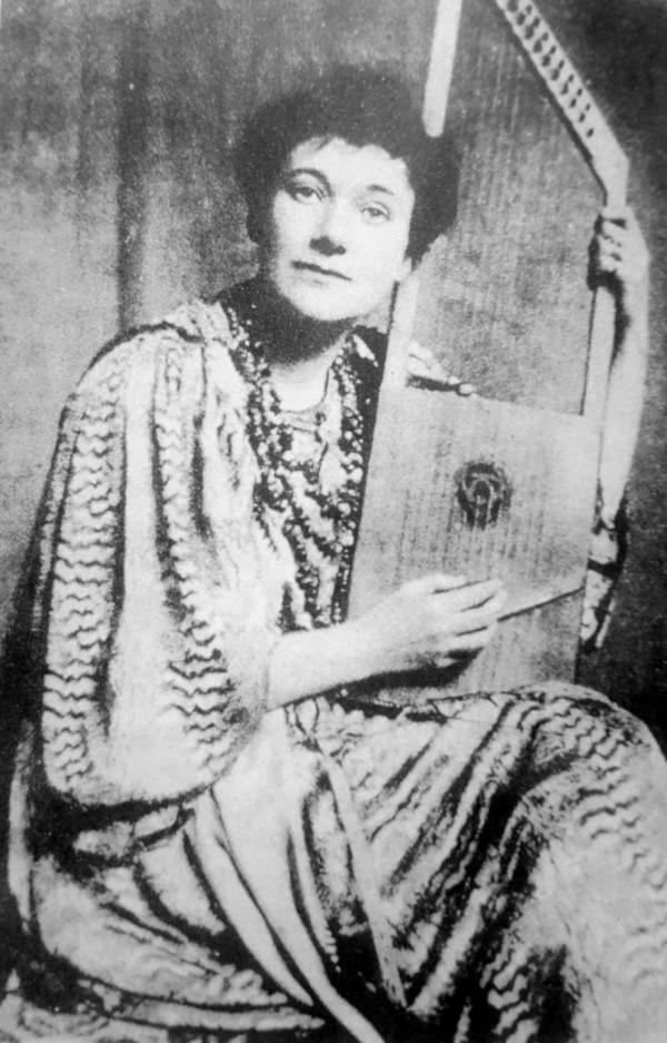 Florence Farr con su salterio, hacia 1901. Foto: Abbey Theatre archives, Wikipedia.