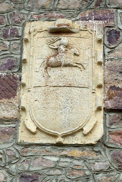 Escudo nobiliario que representa a la Dama de Arintero, en su casa. Foto: David Perez, Wikipedia.