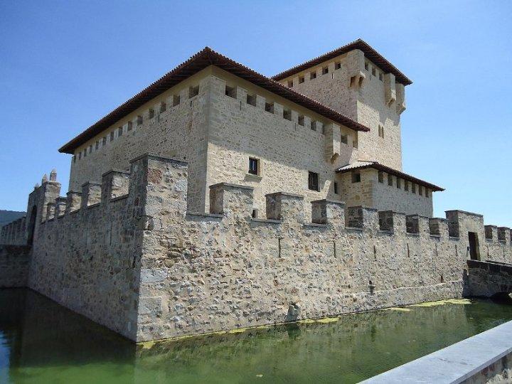 Torre-Palacio de los Varona (Villanañe, Valdegovía, Álava) Foto: Assar, Wikipedia.