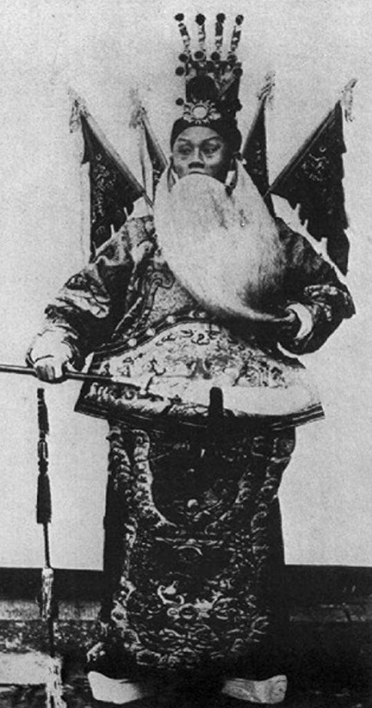 Este parece ser el único fotograma que ha sobrevivido de la primera película china, La batalla de Dingjunshan (1905)