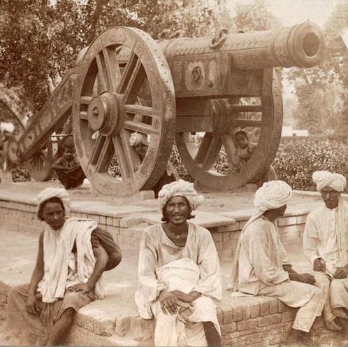 Zamzamah, el cañón frente al Museo de Lahore en el que se sentaba Kim. Foto de 1903.